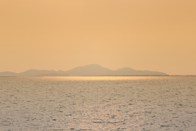 Tropische inselansichten am abend mit orange licht von der sonne. Premium Fotos