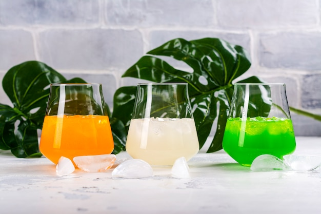 Tropische sommercocktails Premium Fotos