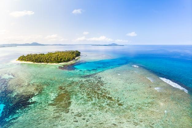 Tropischer archipel indonesien, korallenriffstrand der vogelperspektive-banyak-inseln sumatra Premium Fotos