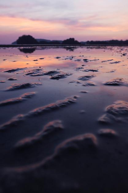 Tropischer sandiger strand mit drastischem himmel bei ebbe Kostenlose Fotos
