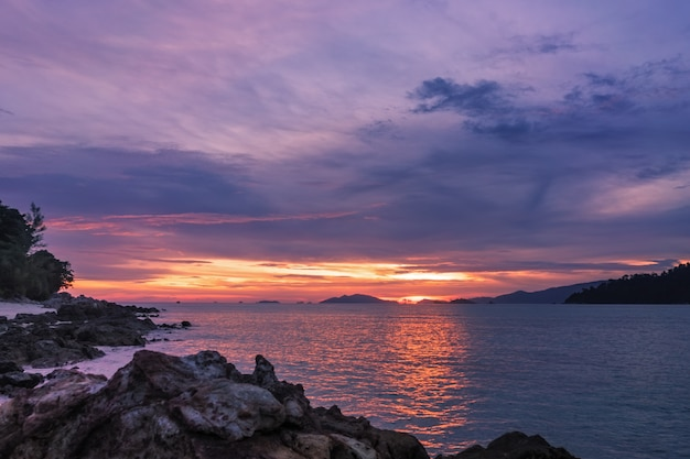 Tropischer sonnenuntergang auf dem strand, koh lipe-inselparadies in der süd-andamanensee, thailandseascape bei sonnenuntergang Premium Fotos