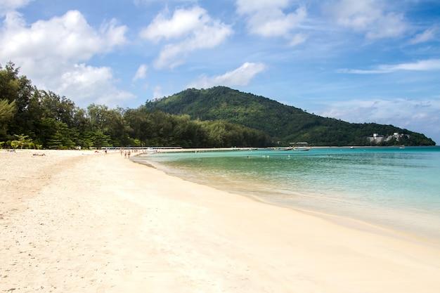 Tropischer strand mit weicher welle auf blauem meer und himmel Premium Fotos