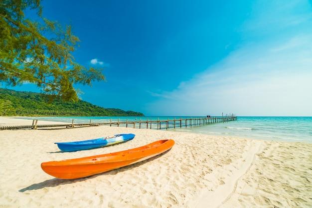 Tropischer strand und meer der schönen natur mit kokosnusspalme auf paradiesinsel Premium Fotos