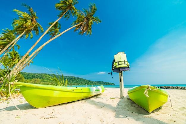 Tropischer strand und meer der schönen natur mit kokosnusspalme auf paradiesinsel Kostenlose Fotos