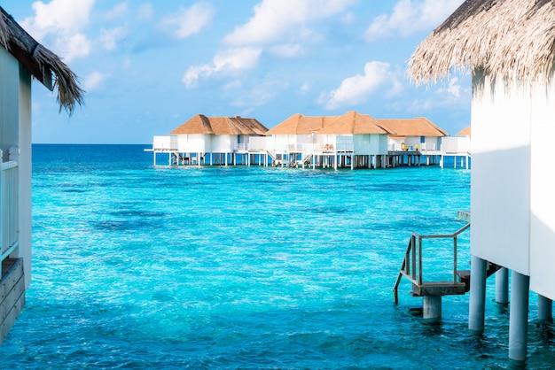 Tropisches malediven-urlaubshotel auf insel Premium Fotos