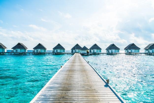 Tropisches malediven-urlaubshotel und -insel mit strand und meer für feiertagsferienkonzept Premium Fotos