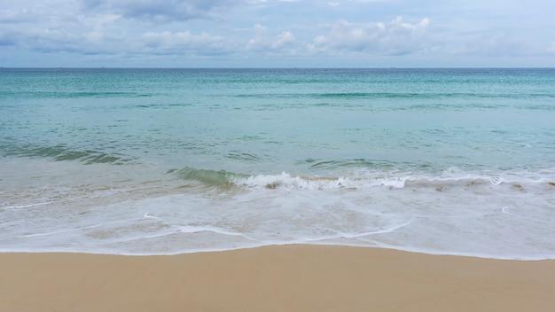 Tropisches meer mit sandstrand in phuket thailand Premium Fotos