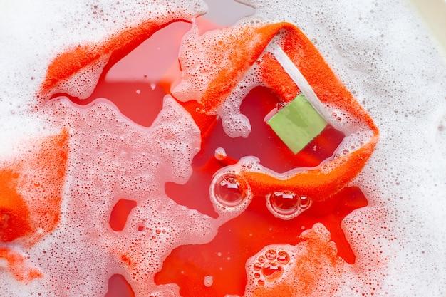 Tuch vor dem waschen einweichen, poloshirt Premium Fotos