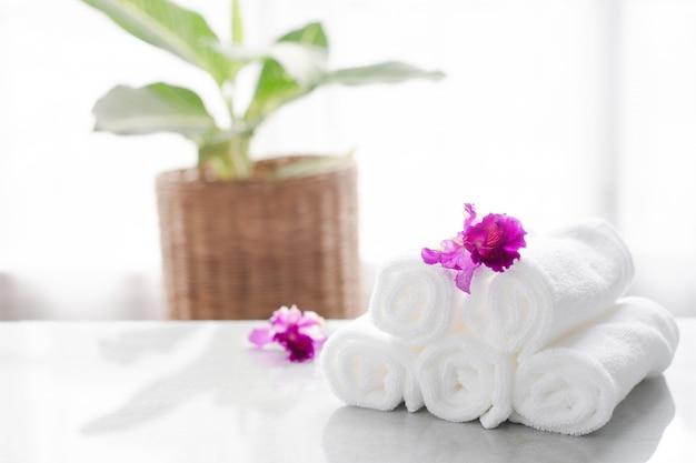 Tücher auf tabelle mit kopienraum verwischten badezimmerhintergrund. zur montage von produkten. Premium Fotos