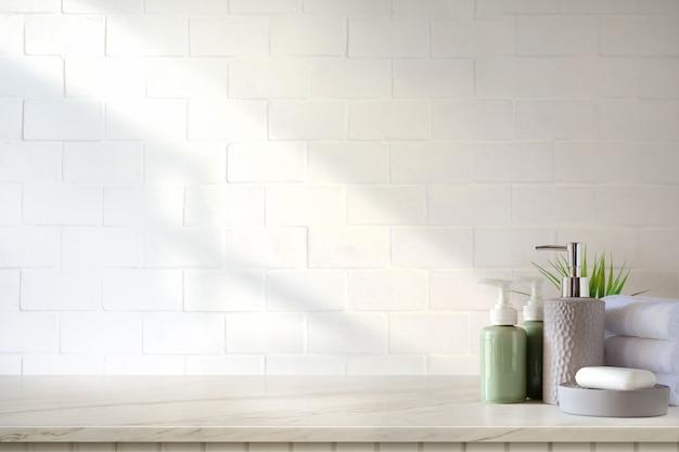 Tücher und keramikshampoo oder -seife auf spitzenmarmortabelle im badezimmerhintergrund. Premium Fotos