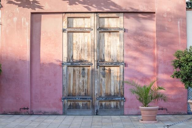Tür auf roter wand. Kostenlose Fotos