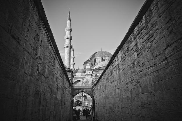 Türkische arbeiter schlendern durch die mauern der moschee der hagia sophia Premium Fotos
