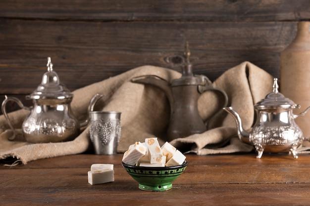 Türkische freude mit teekannen auf holztisch Kostenlose Fotos
