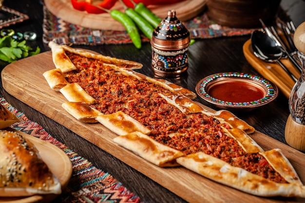 Türkische pizza pita mit fleisch. Premium Fotos