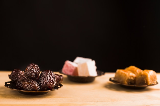 Türkische süßigkeiten auf dem tisch Kostenlose Fotos