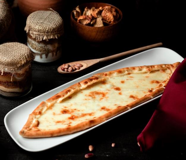 Türkische tellerpide mit geriebenem käse Kostenlose Fotos