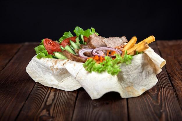 Türkische und arabische traditionelle ramadan-mischungskebabplatte. k Premium Fotos