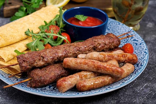 Türkische und arabische traditionelle ramadan-mischungskebabplatte. kebab adana, lamm und rindfleisch Premium Fotos