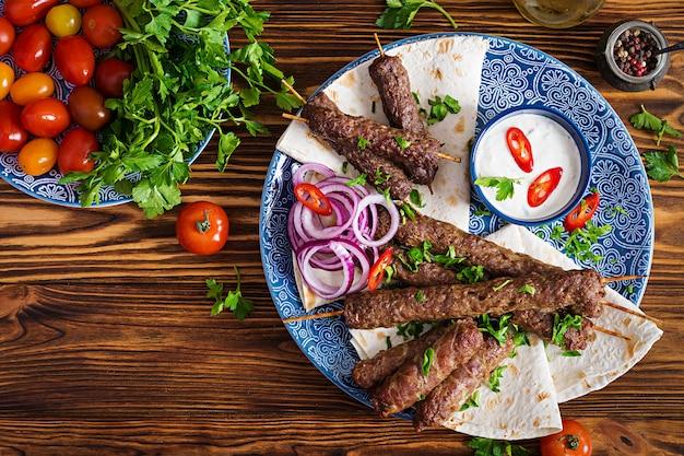 Türkische und arabische traditionelle ramadan-mischungskebabplatte. Premium Fotos