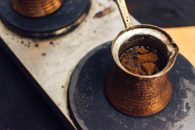 Türkischer kaffee aus ibrik Kostenlose Fotos