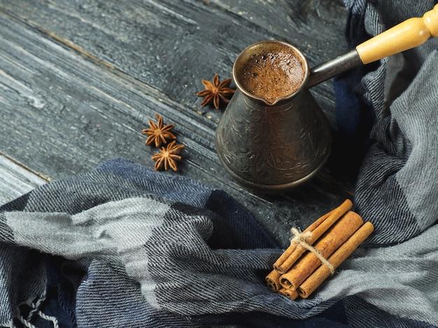 Türkischer kaffee in einem türken auf einem holztisch Premium Fotos