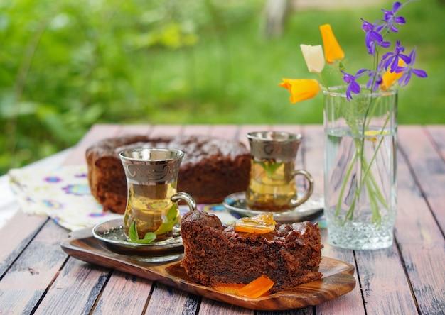 Türkischer schokoladenkuchen mit kandierten zitronenschalen und tassen minztee Premium Fotos