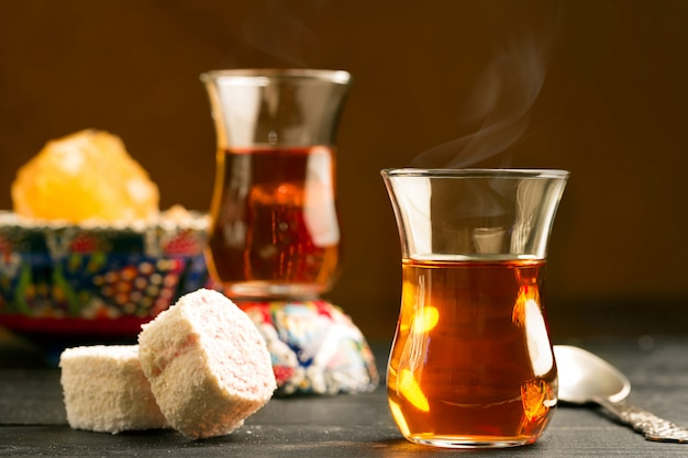 Türkischer tee auf dem tisch Premium Fotos