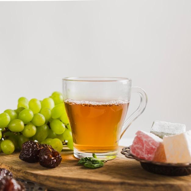 Türkischer tee im becher mit süßigkeiten und früchten Kostenlose Fotos