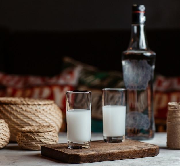 Türkisches alkoholgetränk raki, wodka, in zwei kleinen gläsern. Kostenlose Fotos