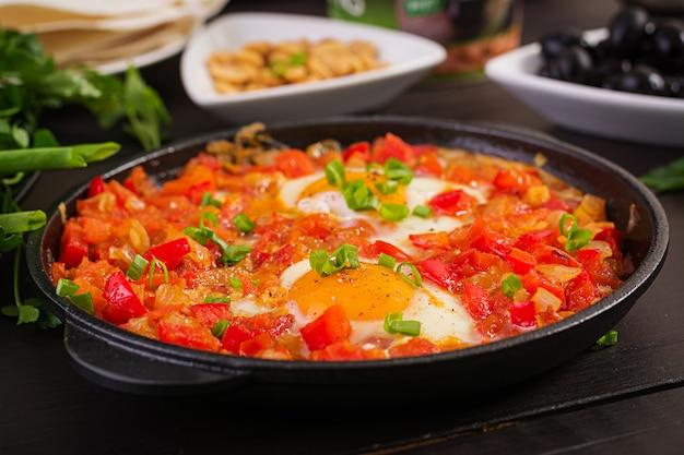 Türkisches frühstück - shakshuka, oliven, käse und obst. reichhaltiger brunch. Kostenlose Fotos