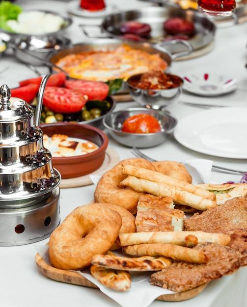 Türkisches frühstücksetup mit gebäckplatte mit fingerbourak und donuts Kostenlose Fotos
