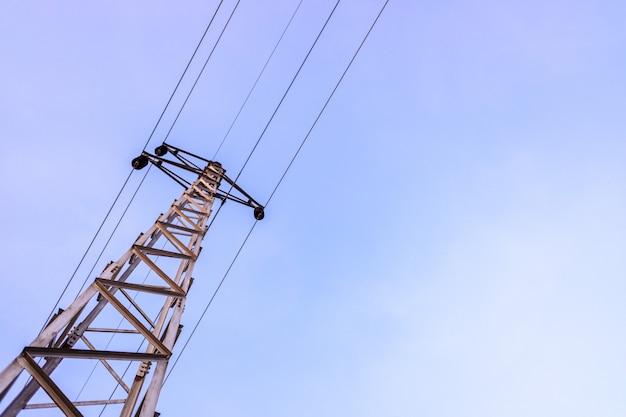 Türme mit hochspannungskabeln, gegen den blauen himmel Premium Fotos