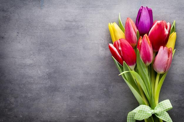 Tulpen auf dem grauen hintergrund Premium Fotos