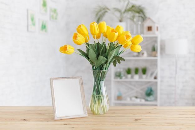 Tulpen in einer vase auf einem holztisch. skandinavisches interieur. attrappe, lehrmodell, simulation. Premium Fotos