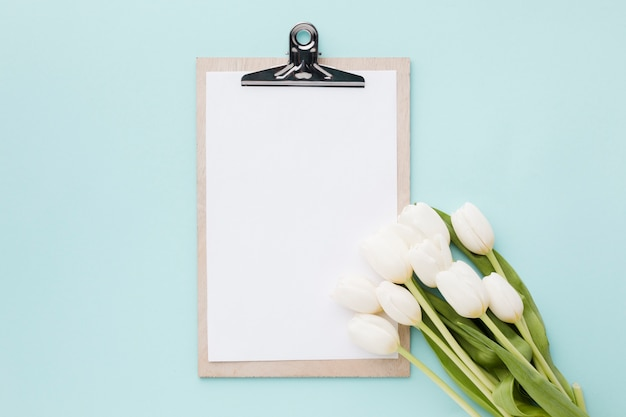 Tulpenblumen mit blattanordnung und -klemmbrett Kostenlose Fotos