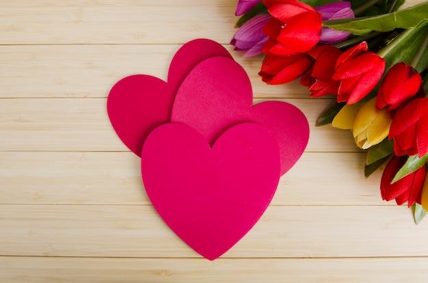 Tulpenblumen vereinbart mit copyspace für ihren text Premium Fotos