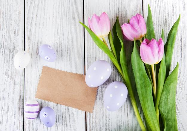 Tulpenblumenstrauß und leere grußosterkarte Premium Fotos
