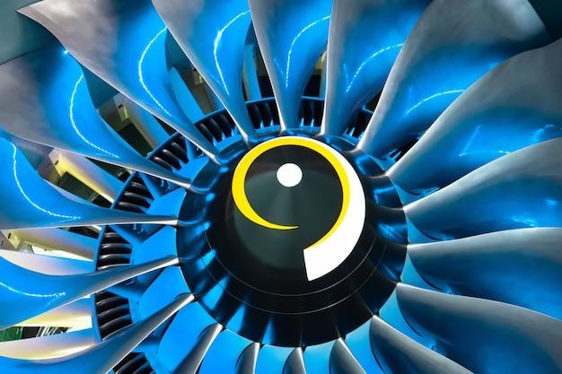 Turbostrahltriebwerksblätter des flugzeugs, nah oben im blaulicht von innen. Premium Fotos