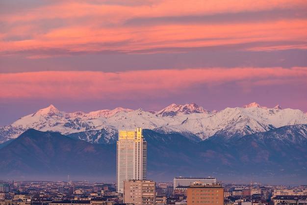 Turin (turin, italien): stadtbild am sonnenaufgang mit dem neuen wolkenkratzer, der über die stadt hochragt. Premium Fotos