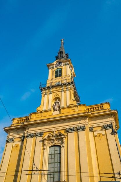 Turm der römisch-katholischen pfarrkirche teresa von avila in der altstadt von budapest, ungarn Premium Fotos