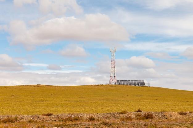 Turm der zellularen kommunikation mit sonnenkollektoren Premium Fotos
