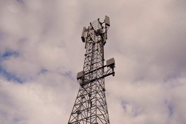 Turm mit 5g- und 4g-mobilfunknetzantenne Premium Fotos