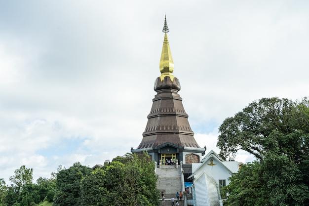 Turmspitze einer pagode mit der treppe, die sie in nordthailand erreicht Premium Fotos