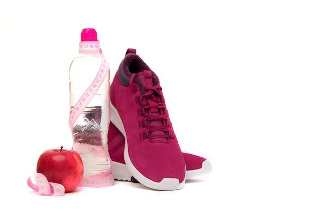 Turnschuhe, wasser und frucht auf weiß. Premium Fotos