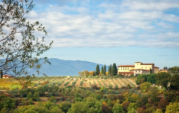 Typisch toskanischer hügel Premium Fotos