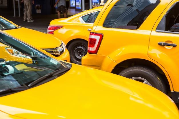 Typische gelbe taxis in new york Premium Fotos