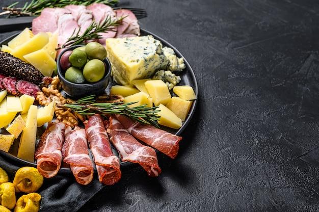 Typische italienische antipasti mit schinken, schinken, käse und oliven. Premium Fotos