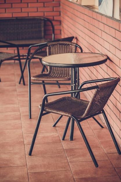 Typische kaffeeterrasse mit tischen und stühlen Premium Fotos