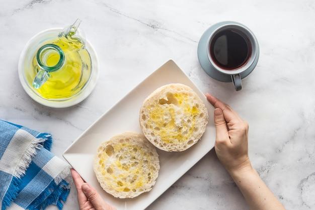 Typisches spanisches frühstück mit brot und öl Premium Fotos