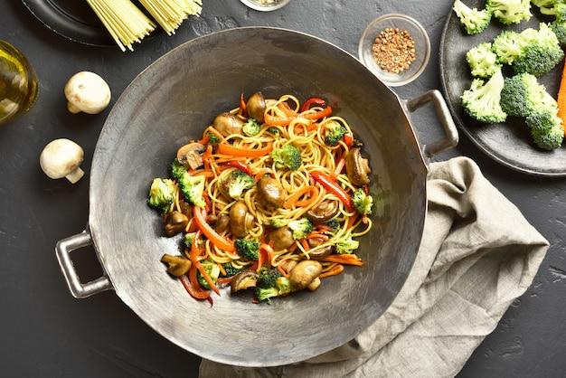 Udon nudeln mit gemüse im wok anbraten Premium Fotos